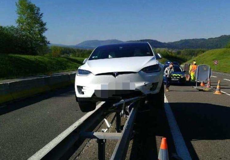 Казус дня: Tesla Model X «встала на рельсы» против своей воли