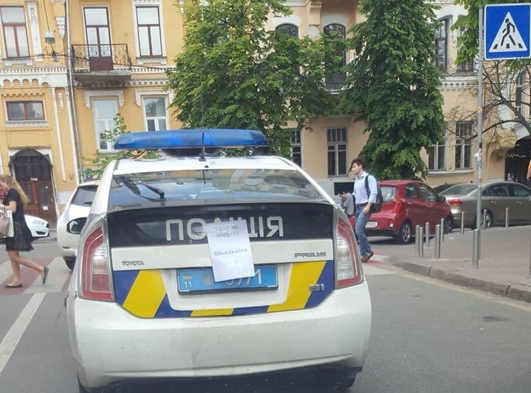 Полицейская автоледи стала очередным «героем парковки»