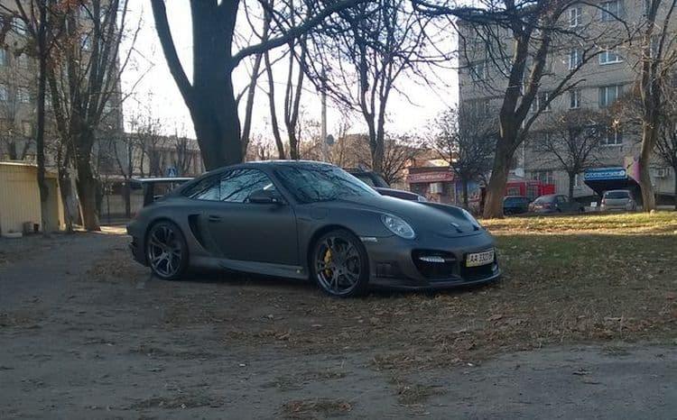 Суперкар Porsche 911 припарковали на траве во дворе хрущёвки
