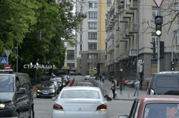 Уже не пешком: Зеленский на второй день отправился на работу на Mercedes