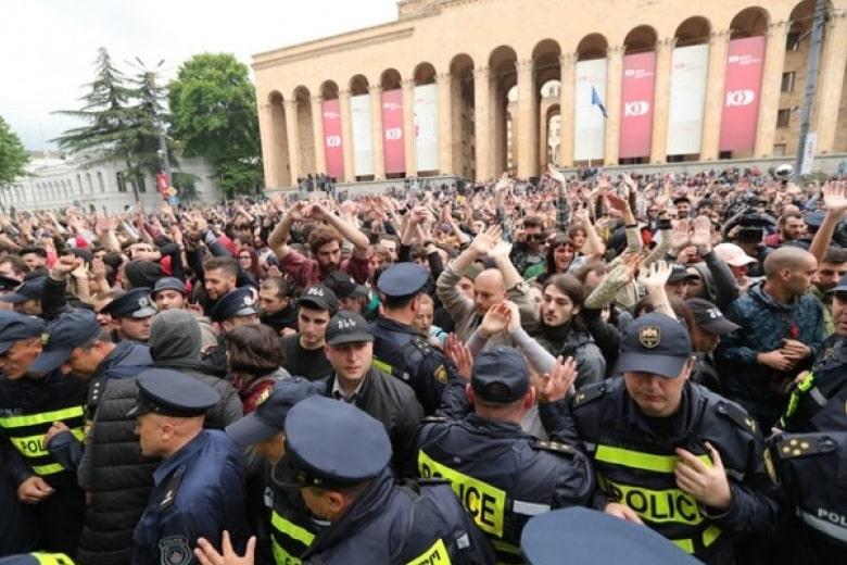 Майдан в Грузии: разгромлен офис правящей партии, полиция применила газ и водометы
