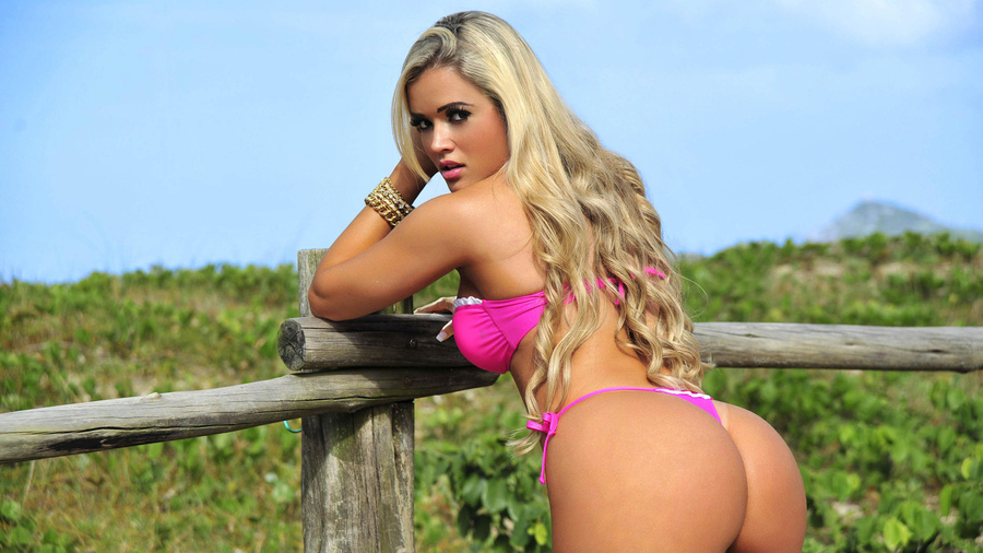 Sexy попка на заборе