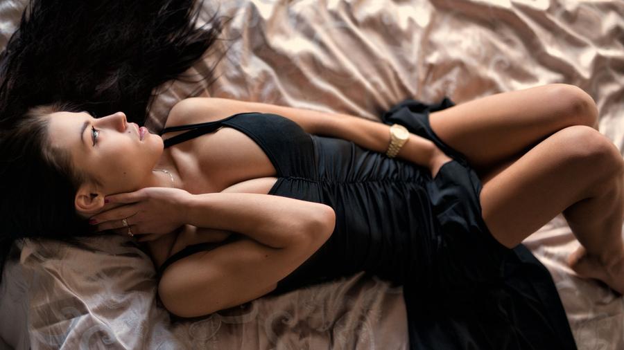 Две брюнетки в постели фото