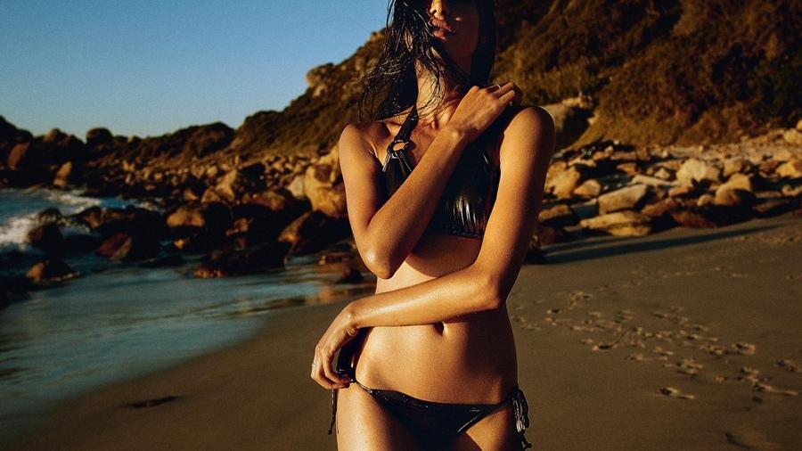 Торчащая волосня из трусов на пляже