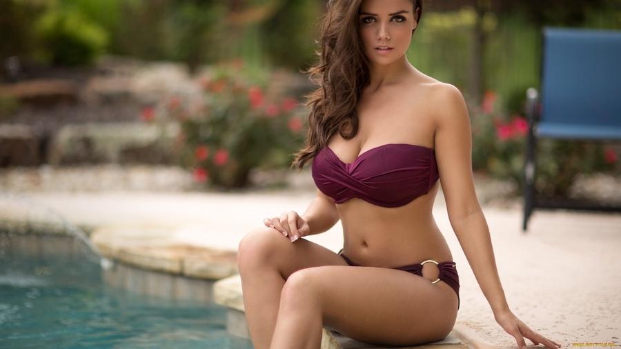 чаще красивая шатенка в купальнике большие