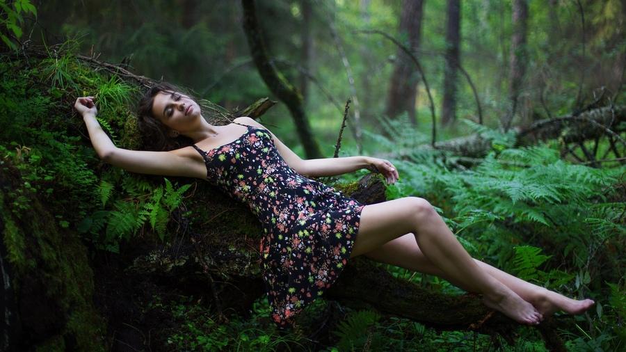 девушки на природе в лесу
