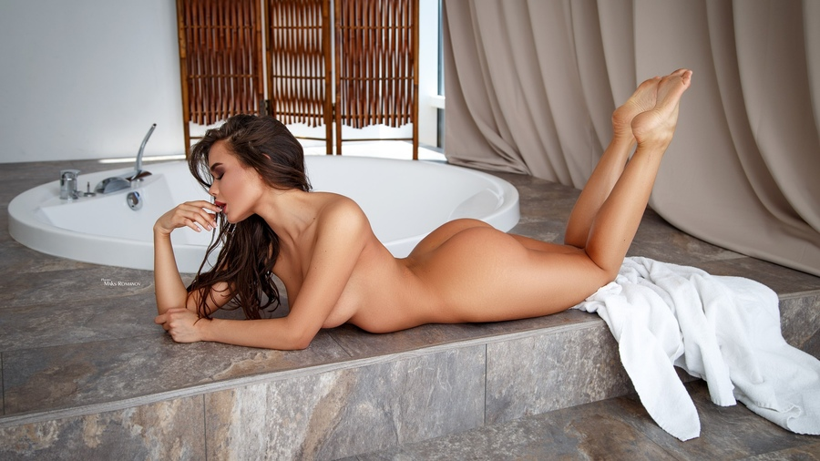 istanbul-nude-model-girls-naked-at-the-play-boy-mansion