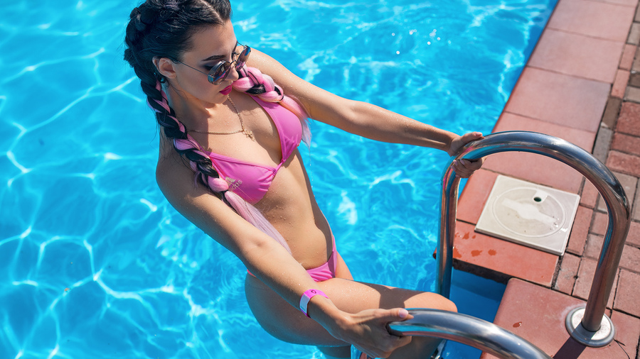 Фото обои women, mitry n, pigtails, bikini, swimming pool, sunglasses, water drops для всех разрешений монитора