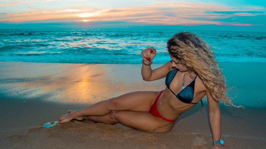 Фото обои women, blonde, bikini, sea, tattoo, sunset, sand, belly, sitting, women outdoors, red nails, red lipstick, ribs для всех разрешений монитора