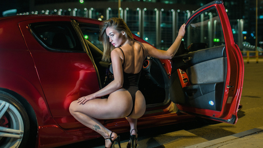 Фото обои women, blonde, squatting, ass, tattoo, brunette, women with cars, high heels, women outdoors, onepiece swimsuit для всех разрешений монитора