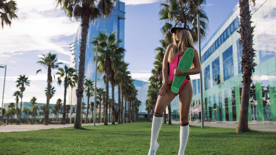 Фото обои women, brunette, blonde, building, grass, palm trees, onepiece swimsuit, baseball cap, skateboard, kneehighs, white stockings, women outdoors, red nails, shoes, looking away для всех разрешений монитора