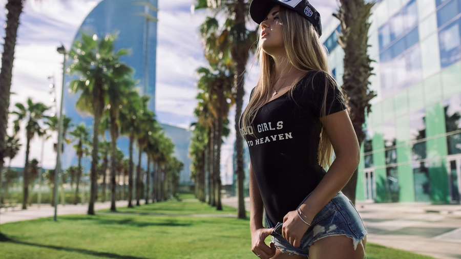 Фото обои women, brunette, blonde, building, grass, palm trees, onepiece swimsuit, baseball cap, jean shorts, looking away, necklace, women outdoors для всех разрешений монитора