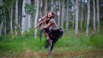 природа, nature, женщины, violinist, лес, forest, violins, деревья, платье, brunettes, Lindsey Stirling, dress, брюнетки, скрипки, trees, women, скрипач