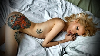 бои hristina ay, women, ass, brunette, nude, blonde, tattoo, in bed, finger on lips, eyeliner на рабочий стол