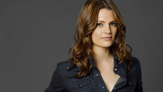 astle, kate beckett, stana katic, актриса, касл, кейт беккет, рубашка, сериал, серый фон, стана катик обои ltra 4