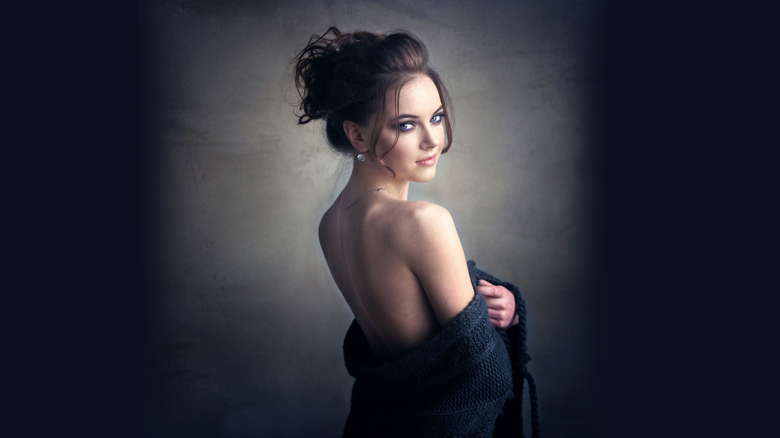 девушка, позирует, глаза, прическа, обнаженные плечи, красивая
