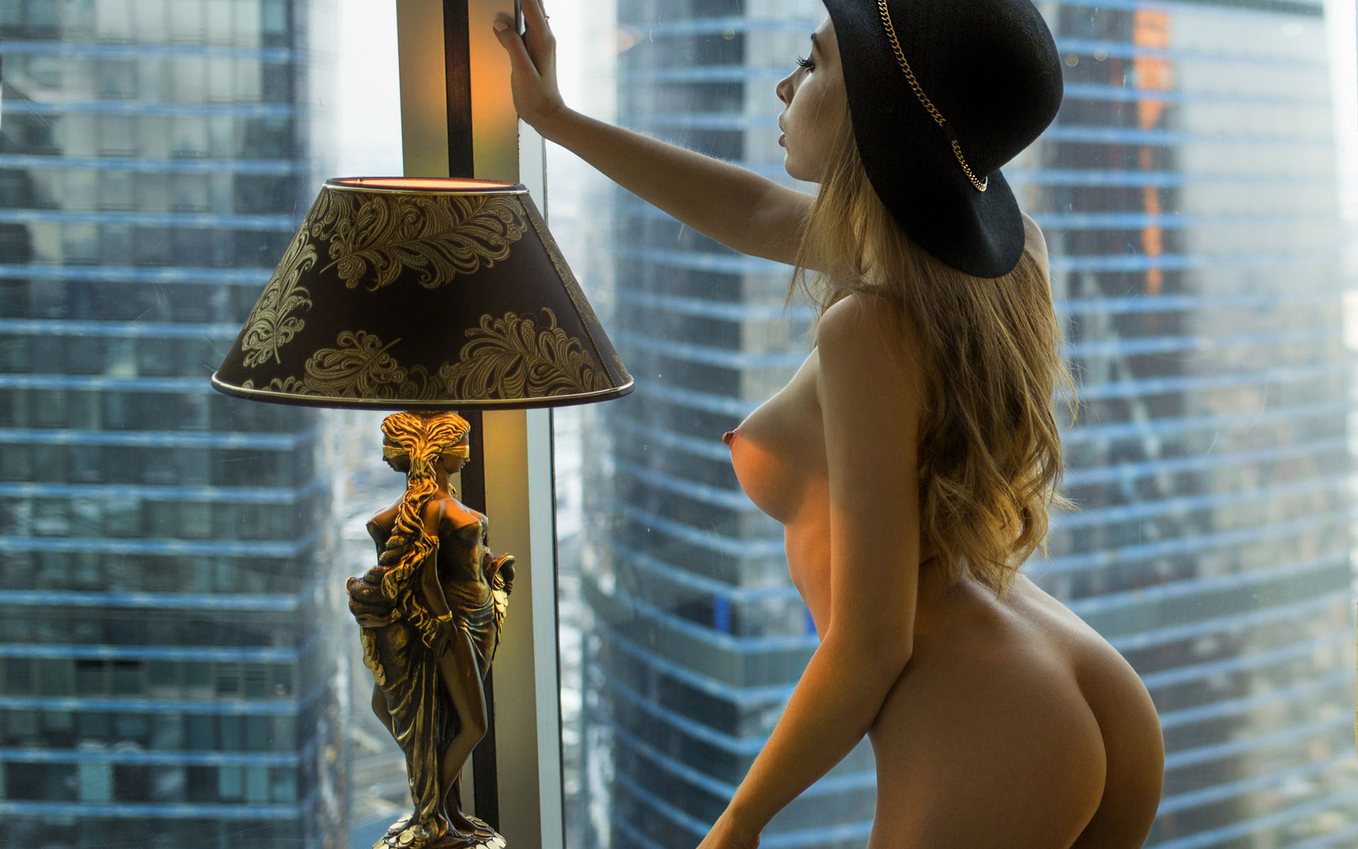девушка, поза, попка, сиськи, грудь, шляпа, лампа, большие сиськи, окна, отели номер