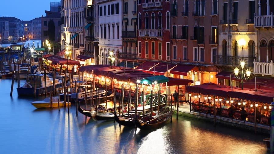 Гондолы вечер здания дома италия