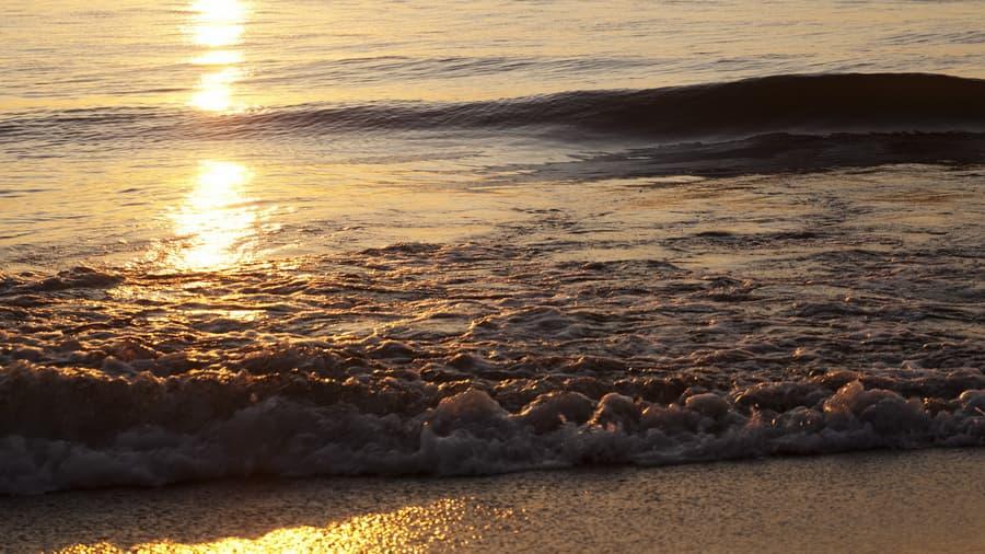 Вода вечер блеск волны небо песок