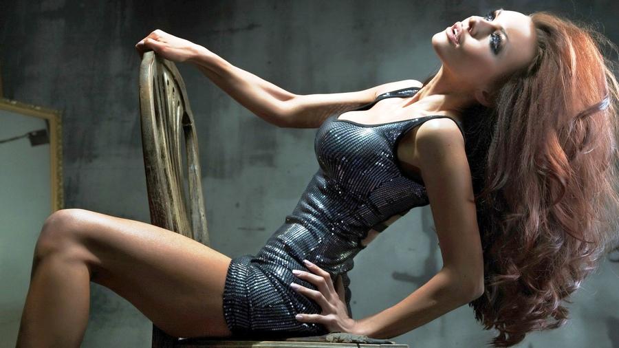 bryunetka-v-zheltom-seksualnom-kostyume-foto
