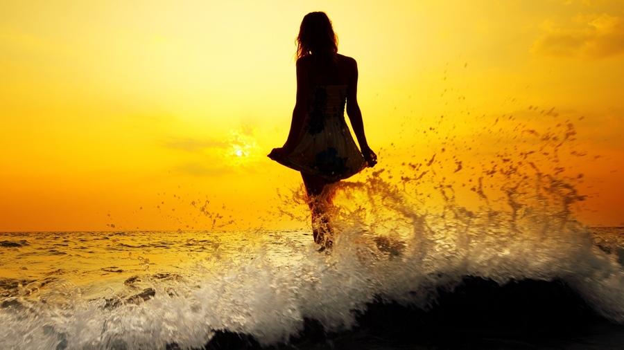 Девушка в платье на закате