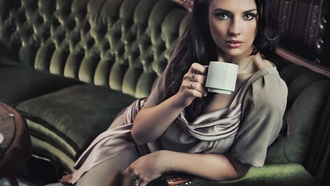 coffee, ����, �������, ������, indoors, sitting, brunettes, models, �������, � ���������, couch, ����, ��������, women