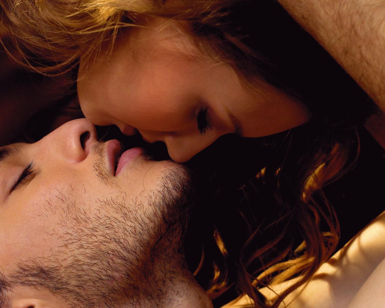 Рыжая девушка целуется с парнем фото со спины 23 фотография