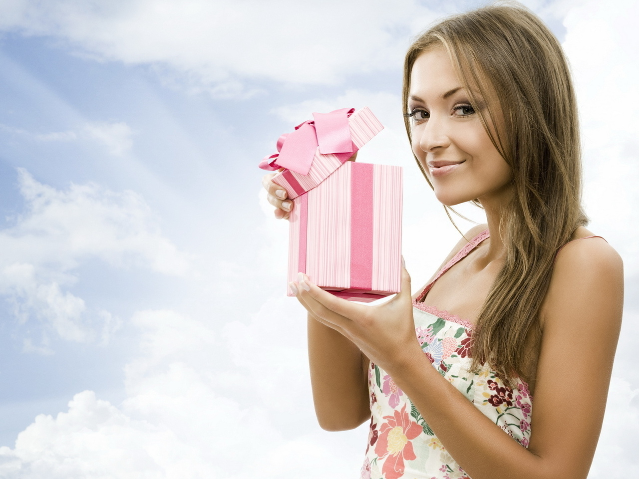 Подарок для девушки на 8 марта