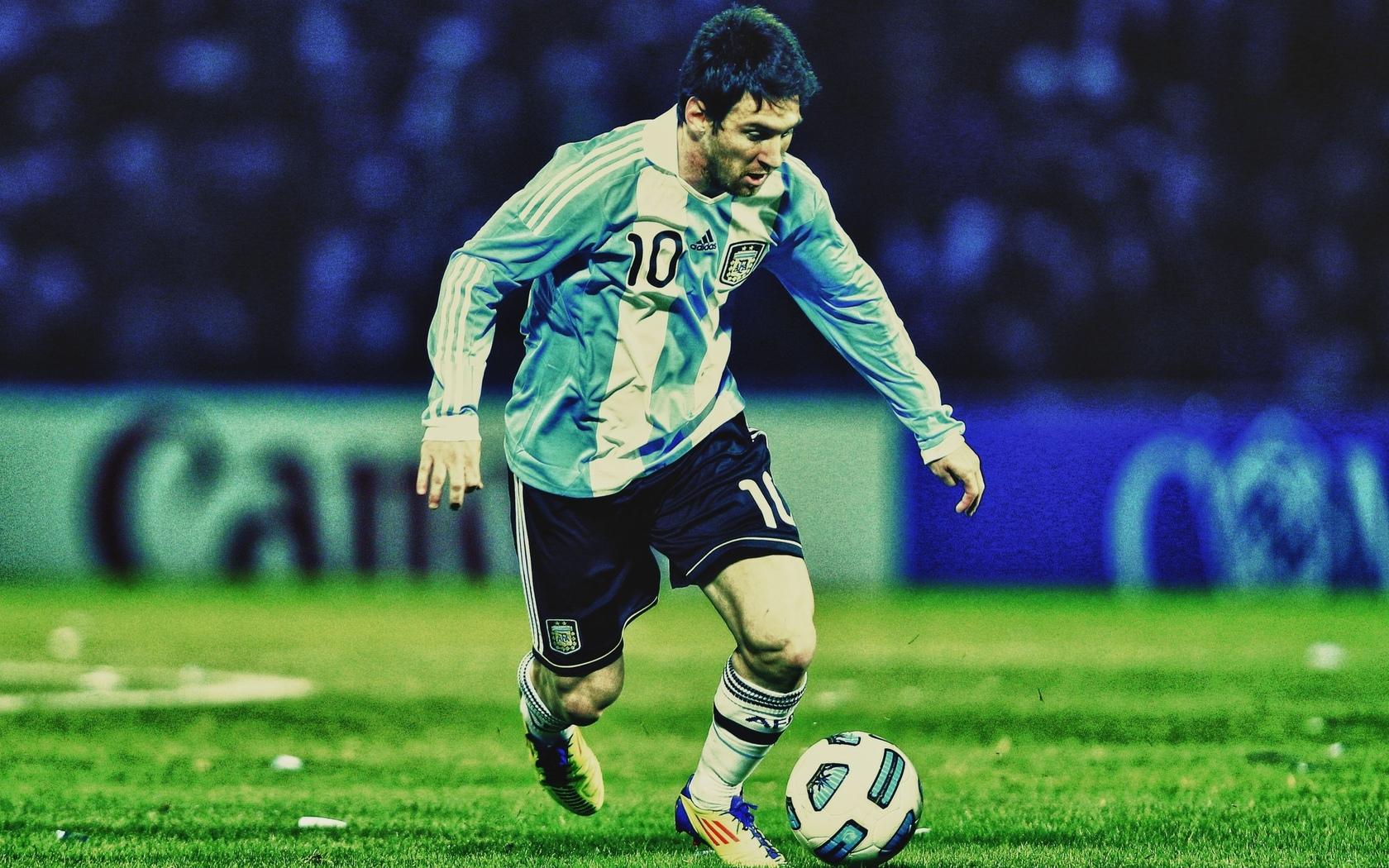 Картинка мяч, футболист, ведёт, футбол ...: look.com.ua/download/10299/1680x1050