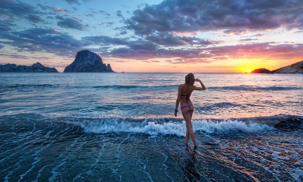 Фото девушек со спины на фоне океана 1 фотография