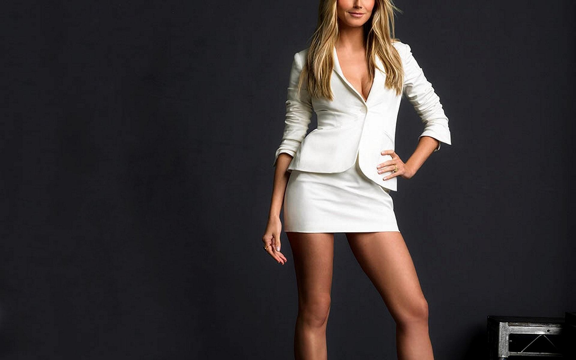 Фото девушки в мини юбке с разрезом 1 фотография