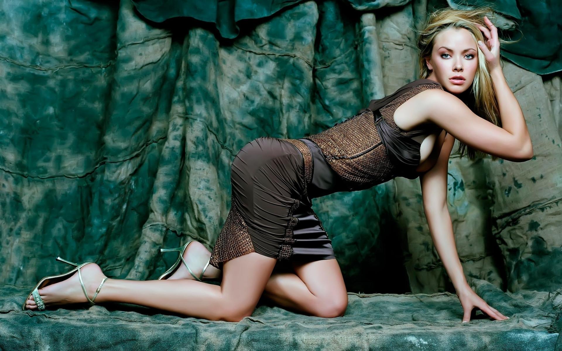 Смотреть бесплатно всё порно фотографии футанари с актрисой кристанной локен 17 фотография