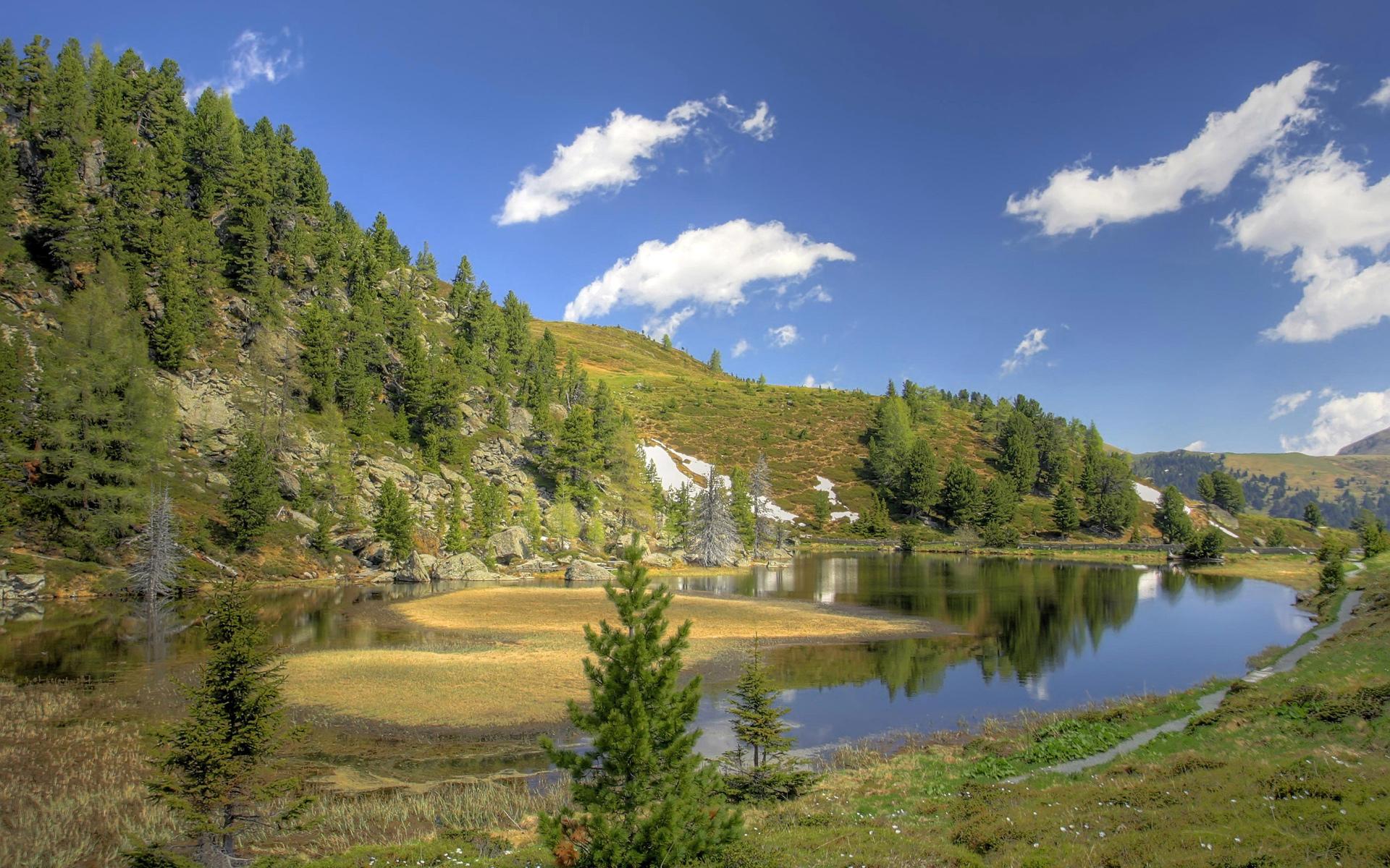 Озеро горы холмы лес берег водоем