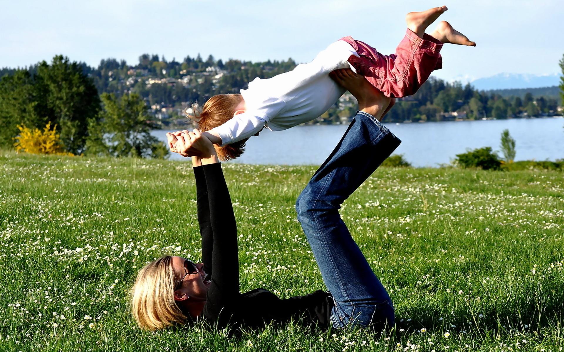 Сын с мамой играют в бутылочку 16 фотография