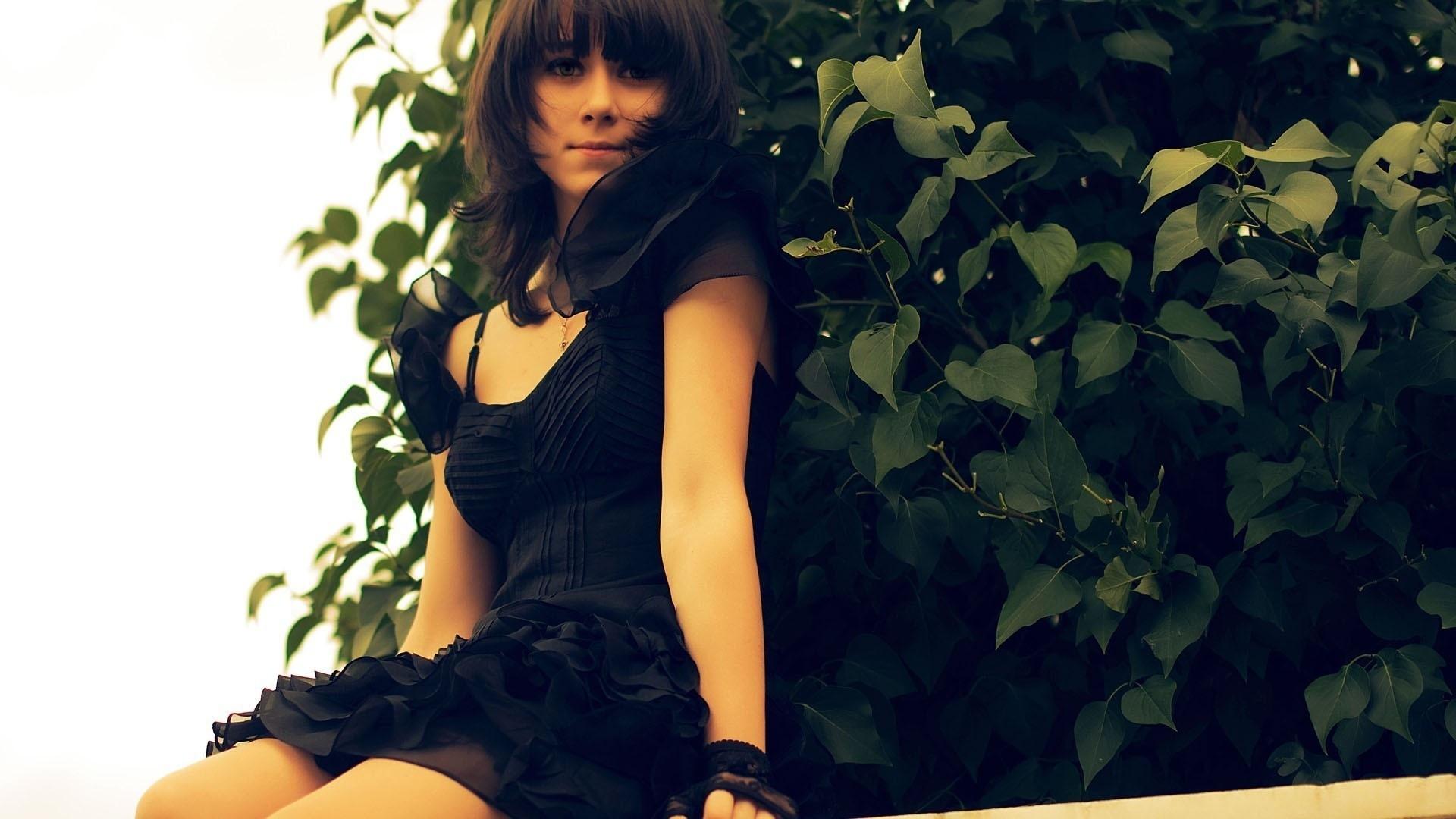 Фото красивых девушек брюнеток в платье 16 фотография