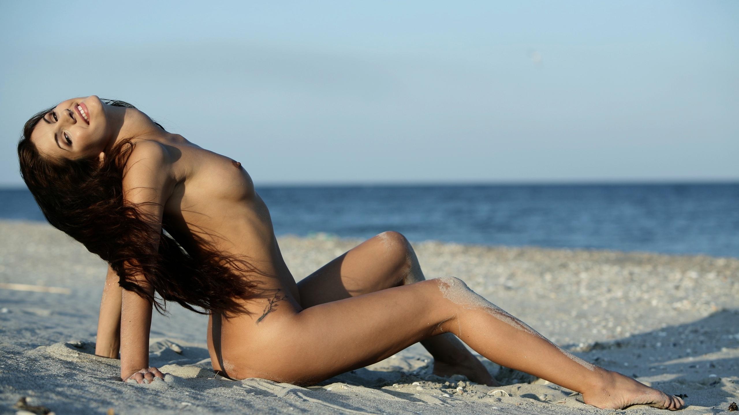 Обои голая девушка на пляже