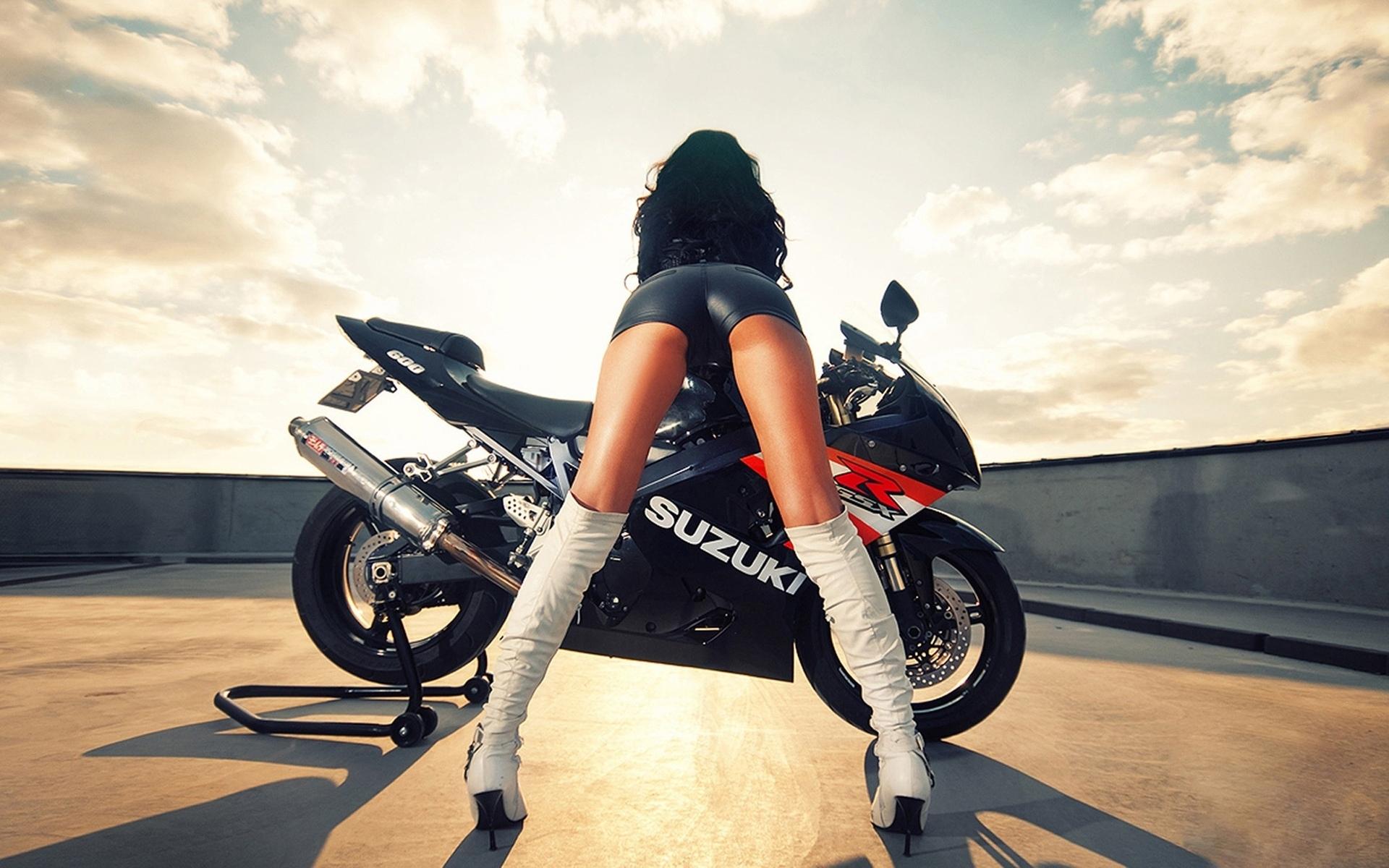 Фото брюнетки на мотоцикле 19 фотография