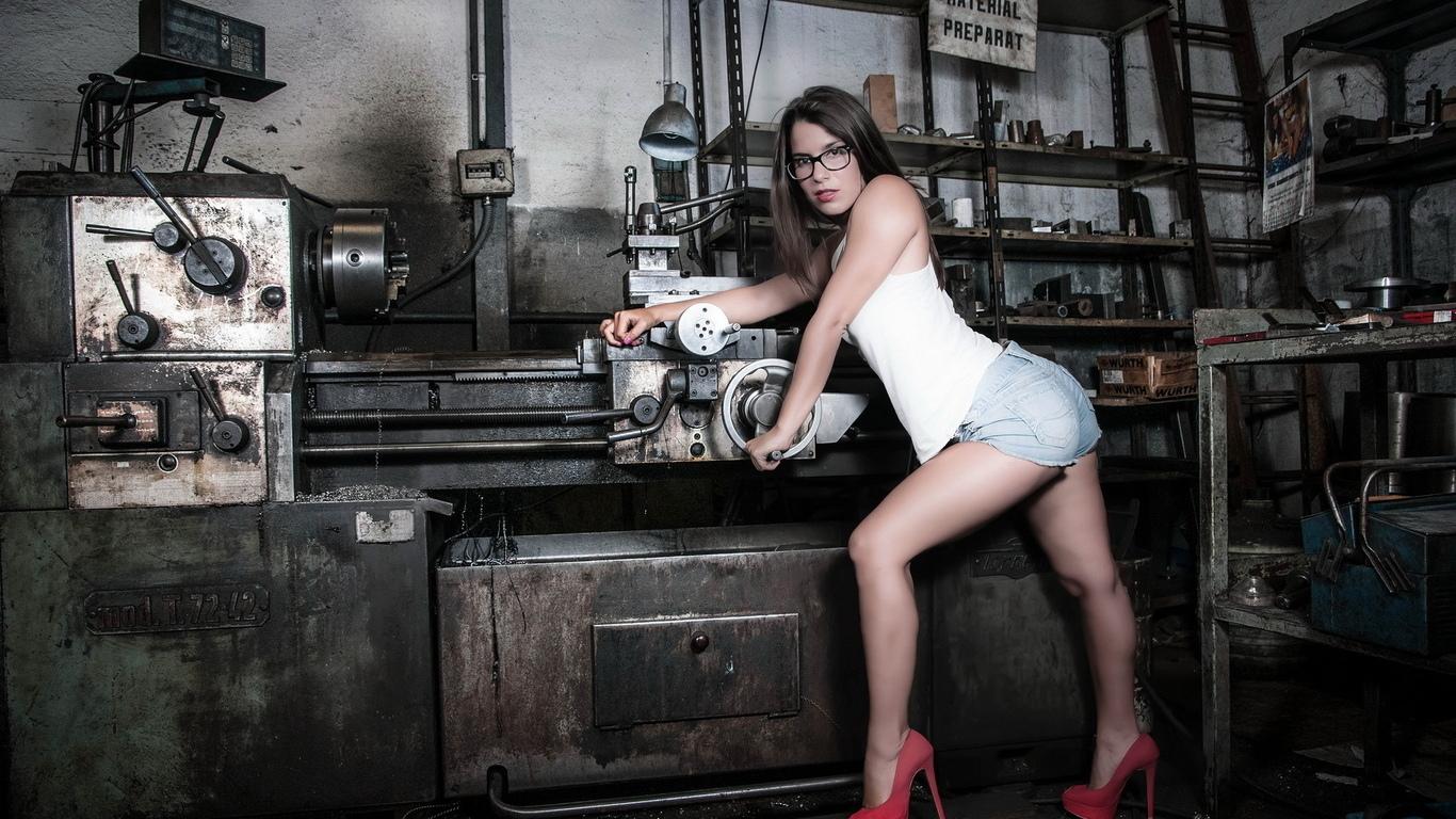 Сексуальная девушка в мастерской 9 фотография