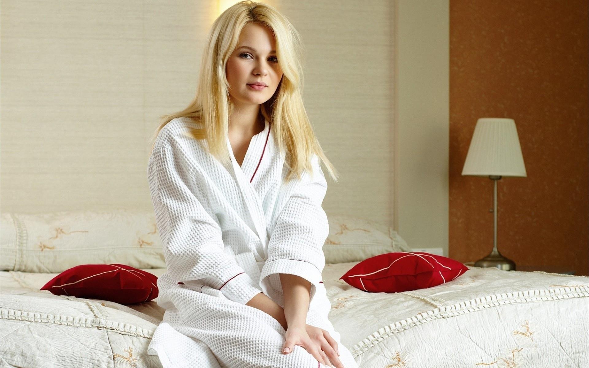 Фото блондинок б белых халатиках 2 фотография