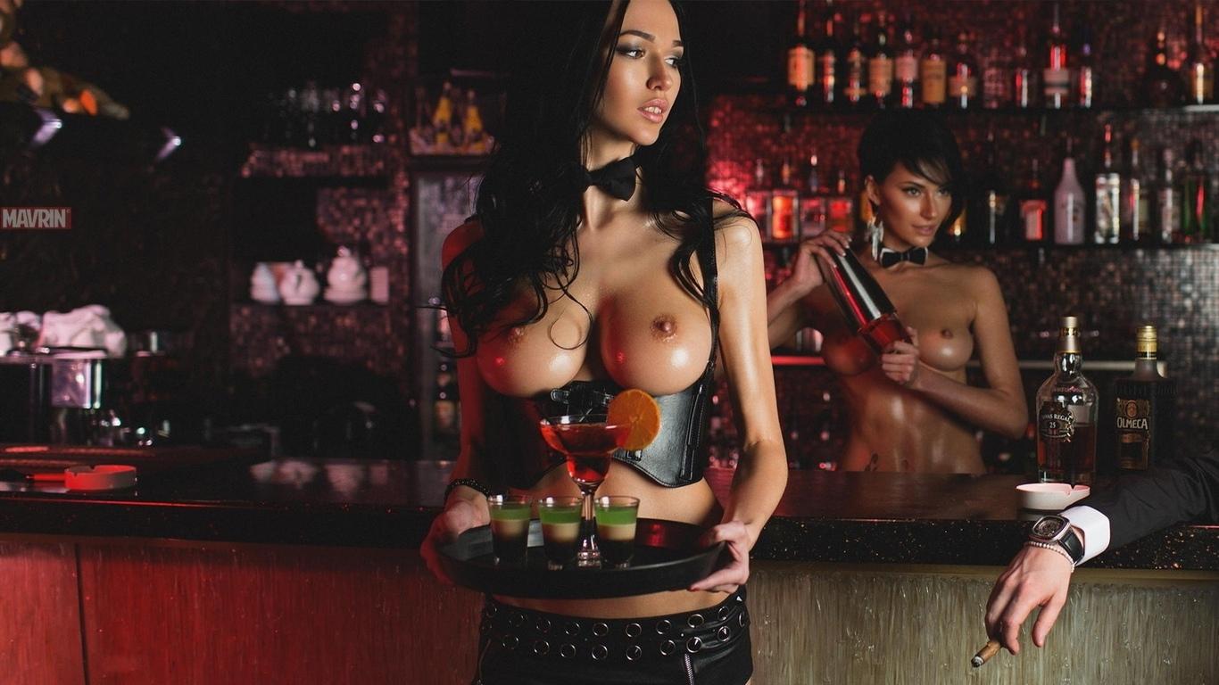 golie-devushki-v-restorane