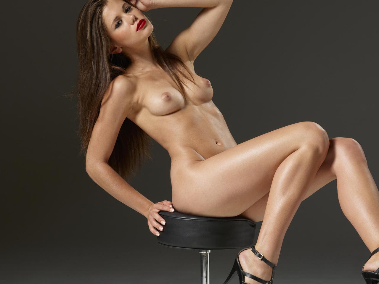 на стуле, поза, девушка, ножки, голая, красивая, грудь, лицо