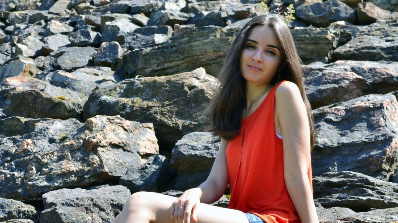 красавица, модель, прекрасное лыцо, прелесть, ножки, сидит на камнях, милашка, само совершенство, киця, красотуля, милое личика, милая девочка, богиня афродита, красота