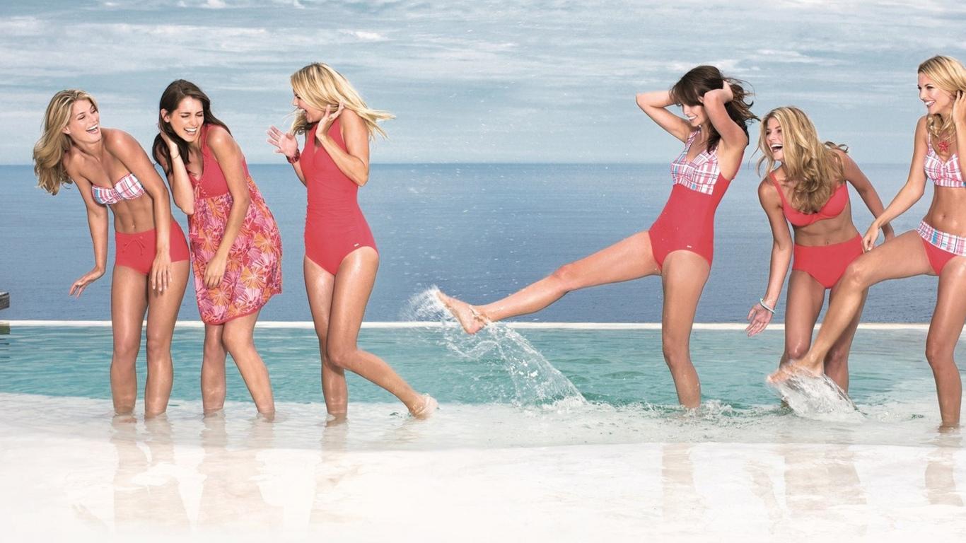 девушки, море, брызги, пляж, эмоции, радость