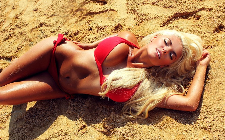 блондинка, грудь, купальник, песок
