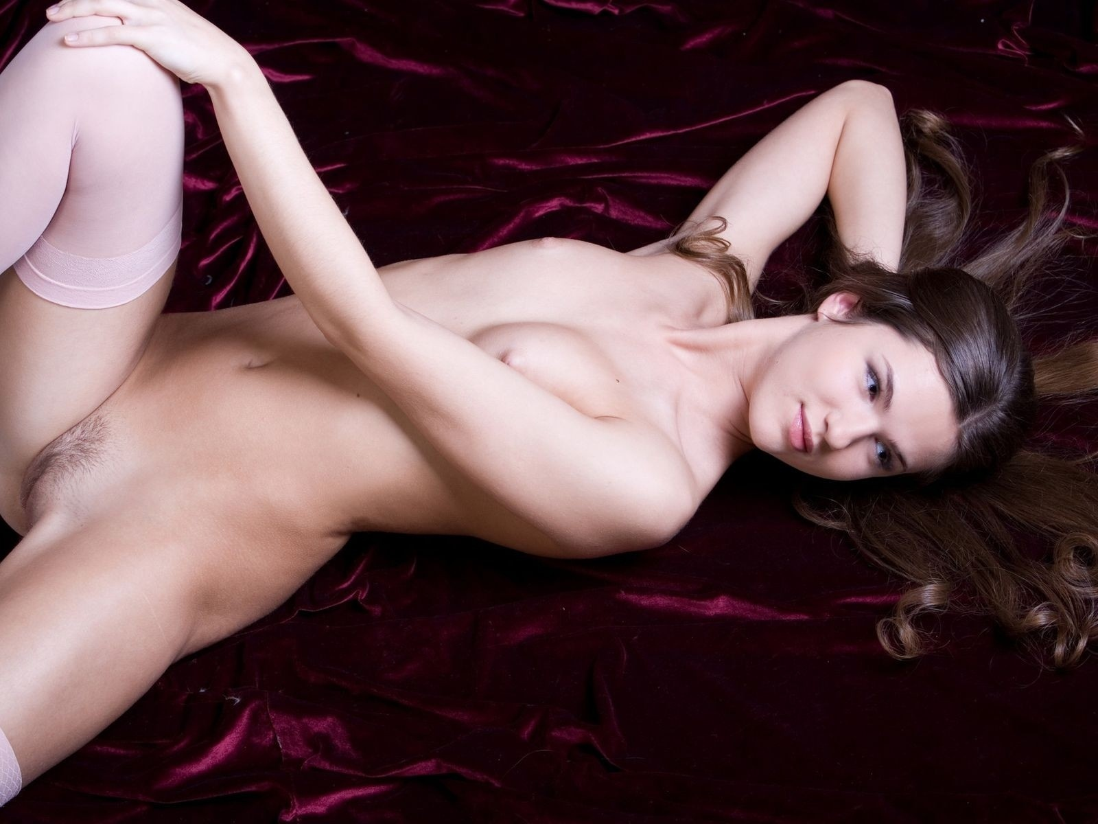 девушка, красавица, прелесть, киця бритая, ножки, голая, попка, красивая милашка, пилотка, поза, секси, попка супер, модель, еротика, само совершенство, шатенка, роздвинула ноги, кошка