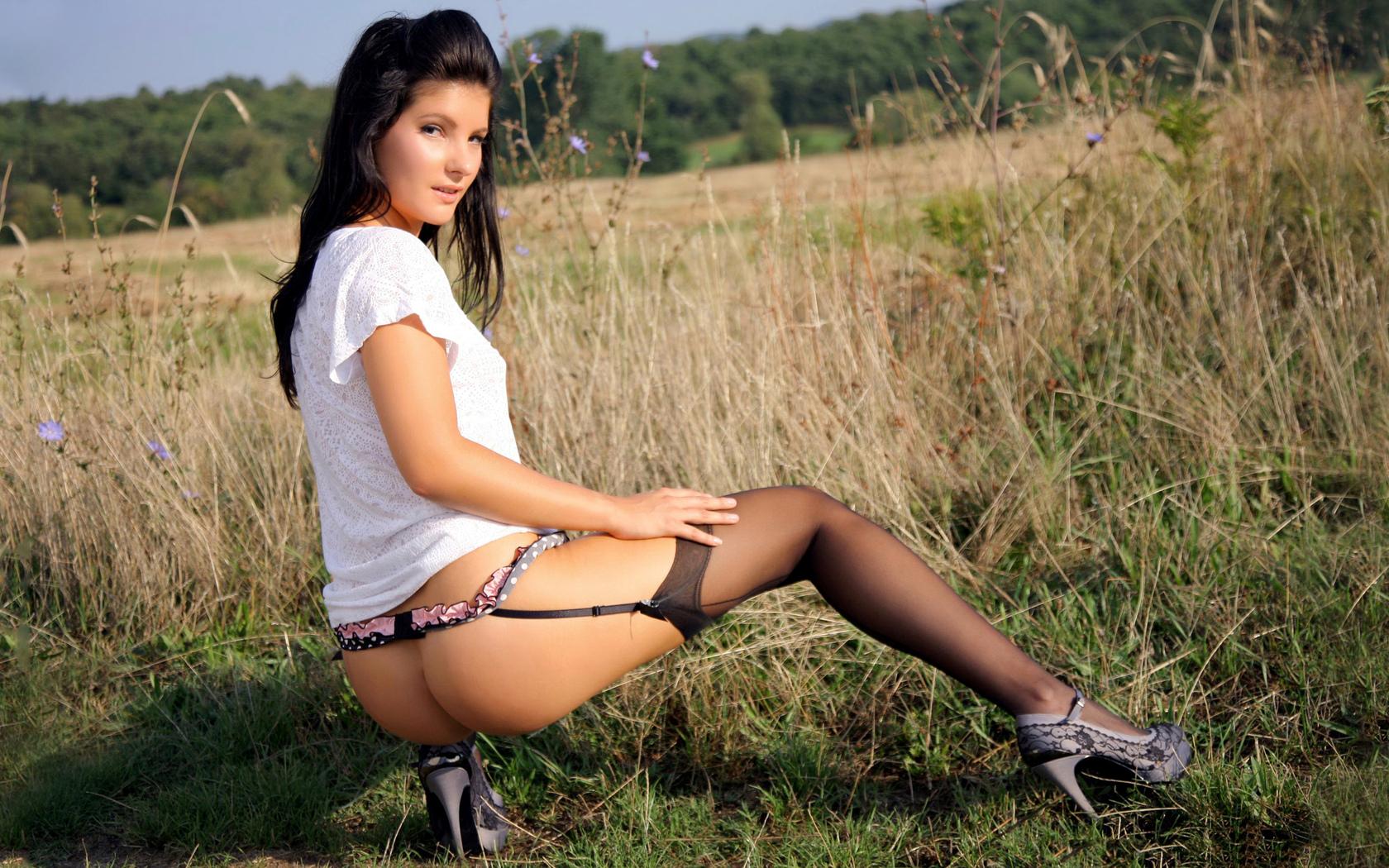 в поле, девушка, чулки, без трусиков, поза, лицо