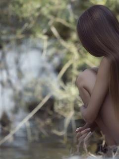 красавица, прелесть, голая шатенка, роспущенние красивие каштановые волосы, кыцюня, милашка, солнешко, ножки, попа, модель, природа, грудь, киця