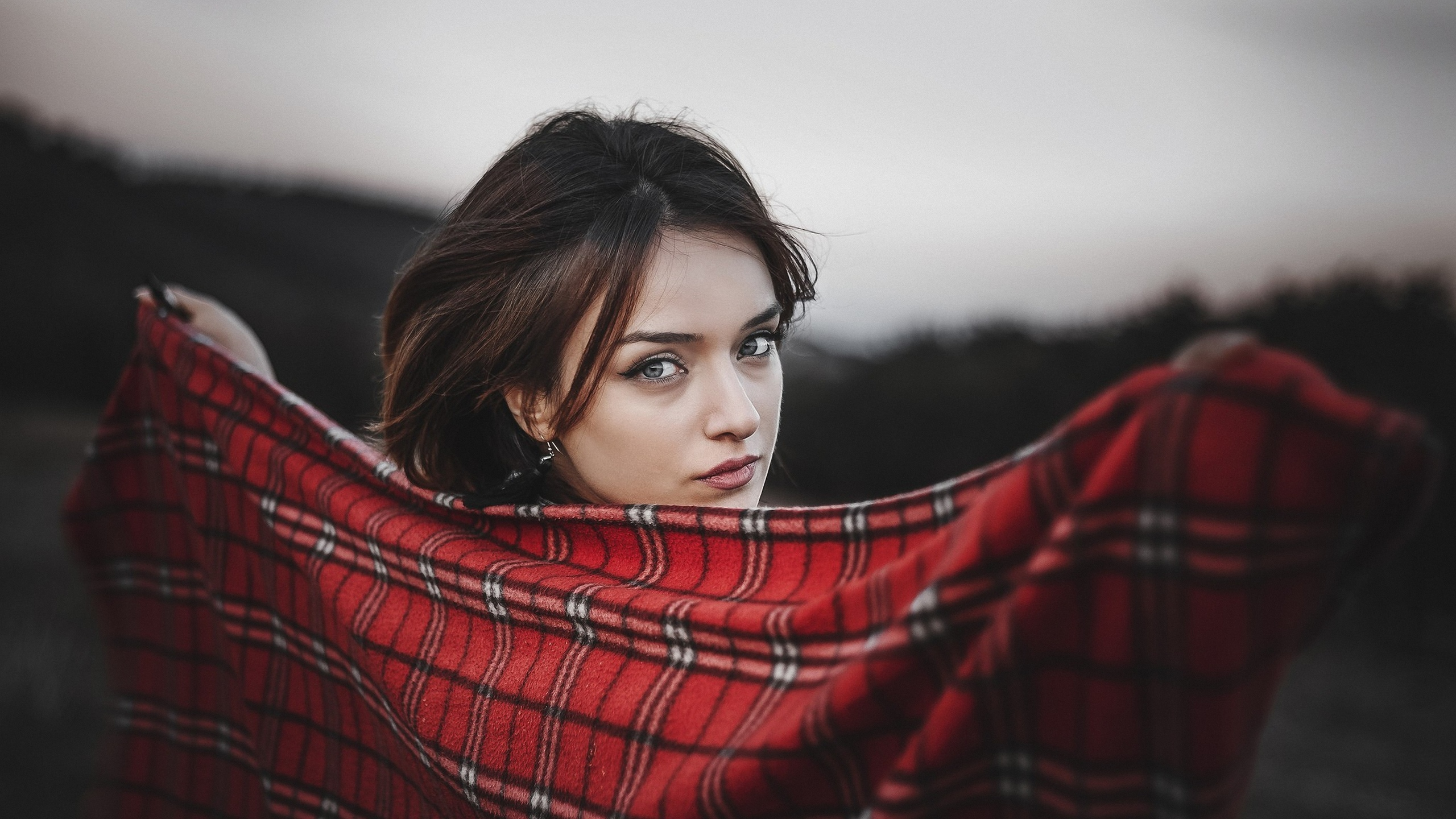девушка, брюнетка, взгляд, плед, портрет