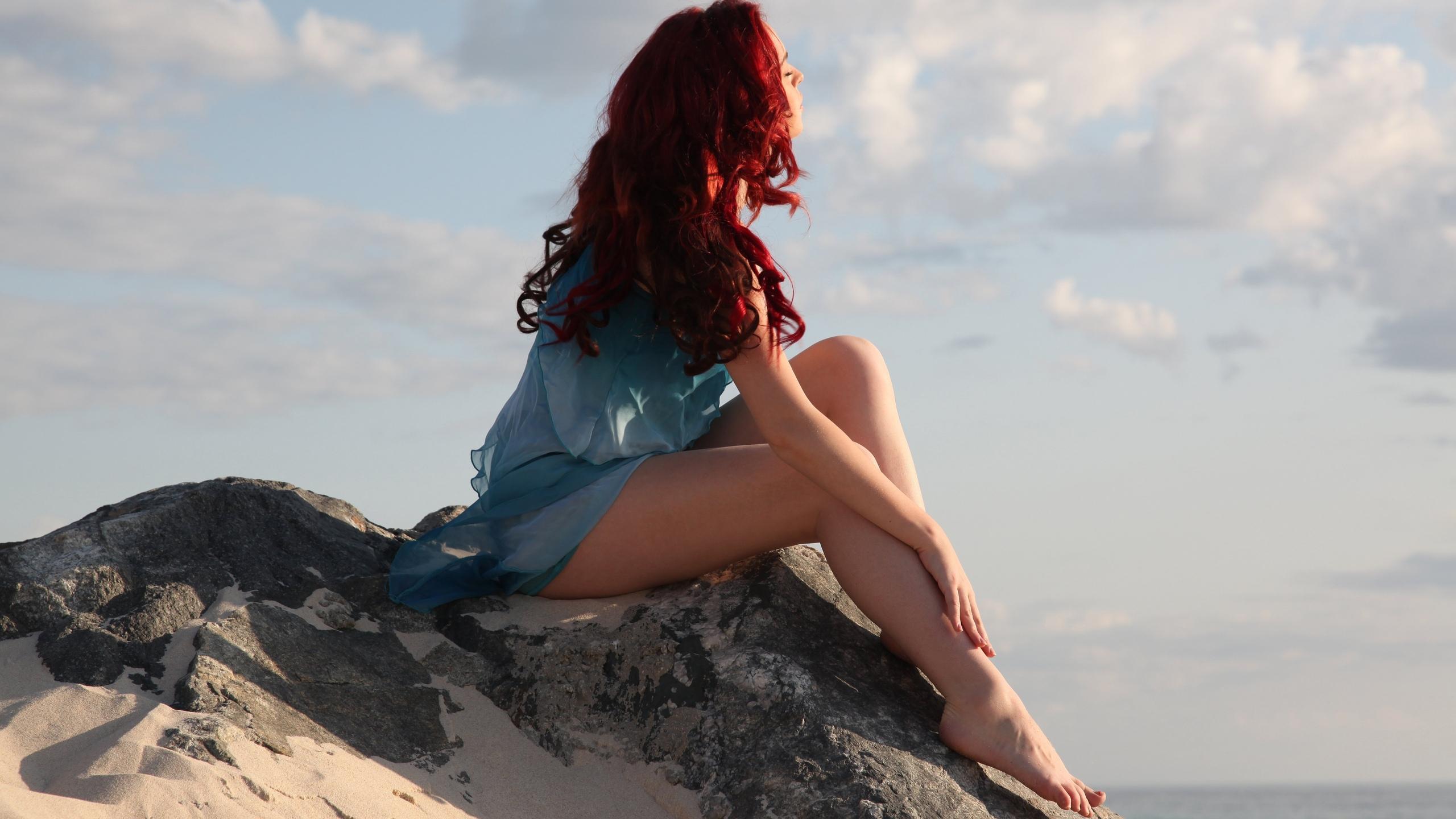 девушка, с рыжими, волосами, сидит, на камне