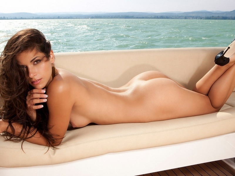 девушка, красавица, прелесть, киця бритая, ножки, голая, попка, красивая милашка, пилотка, поза, секси, попка супер, лежит, море, загорает, модель, кыця, милое личико, фигура супер